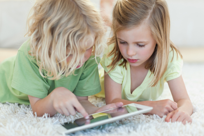 2-girls-on-a-tablet