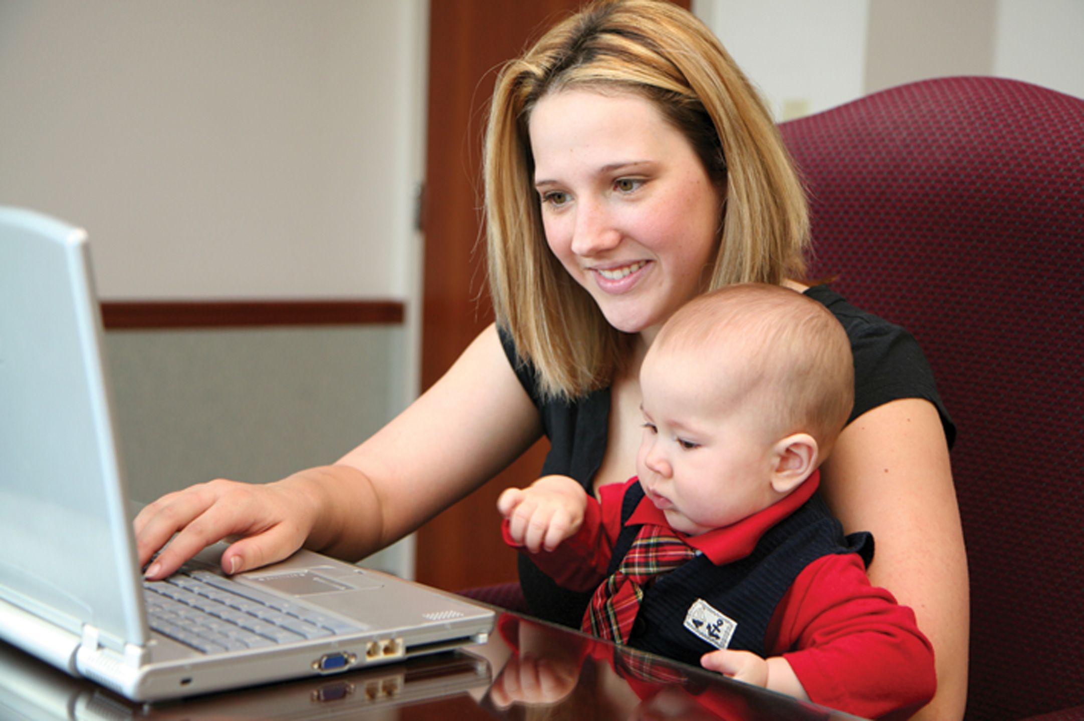 mother-on-laptop-with-baby1440