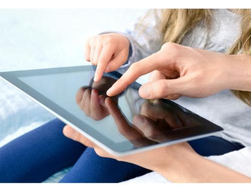 parent-child-on-tablet2160