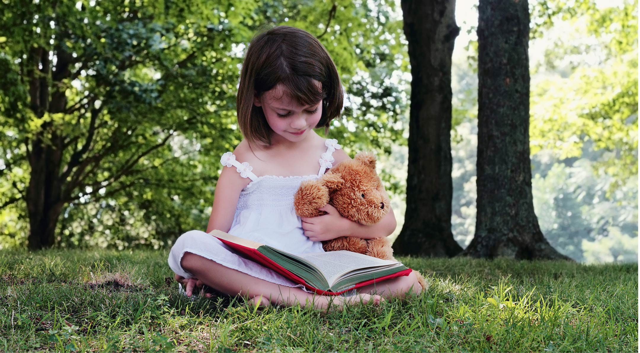 girl-reading-with-teddy2160