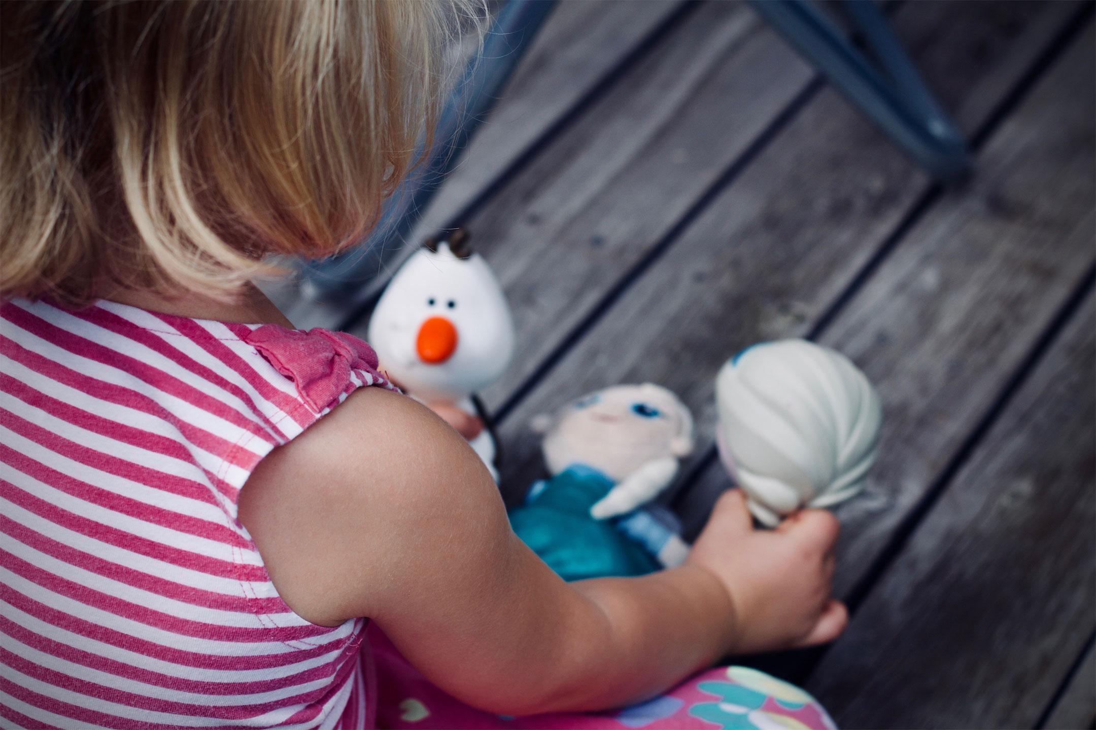 girl-frozen-toys2160