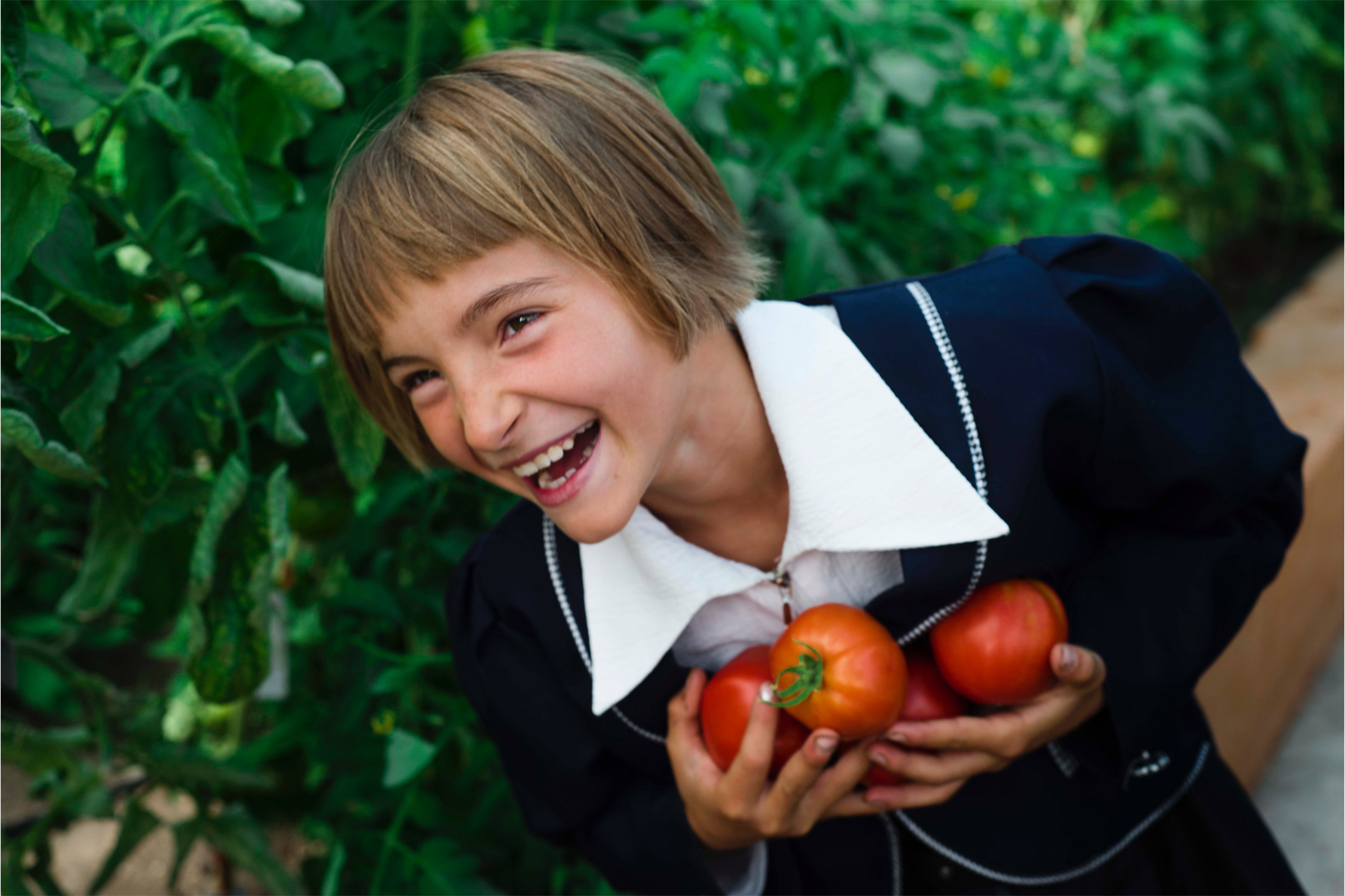 girl-tomatoes2160