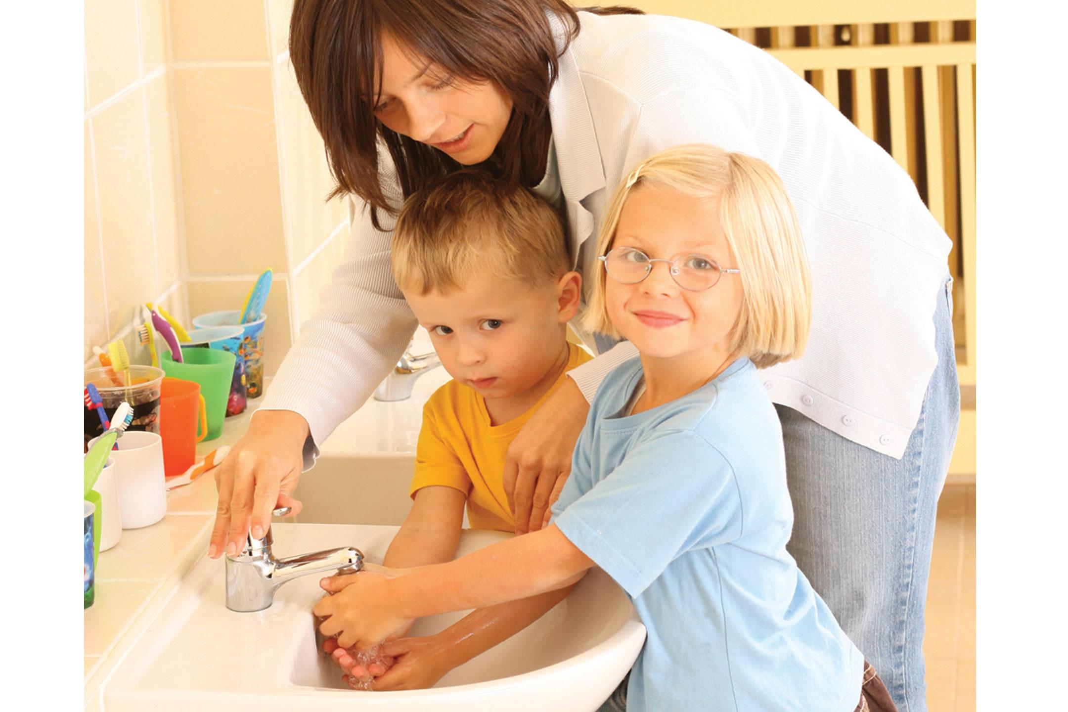 mum-kids-handwashing2160