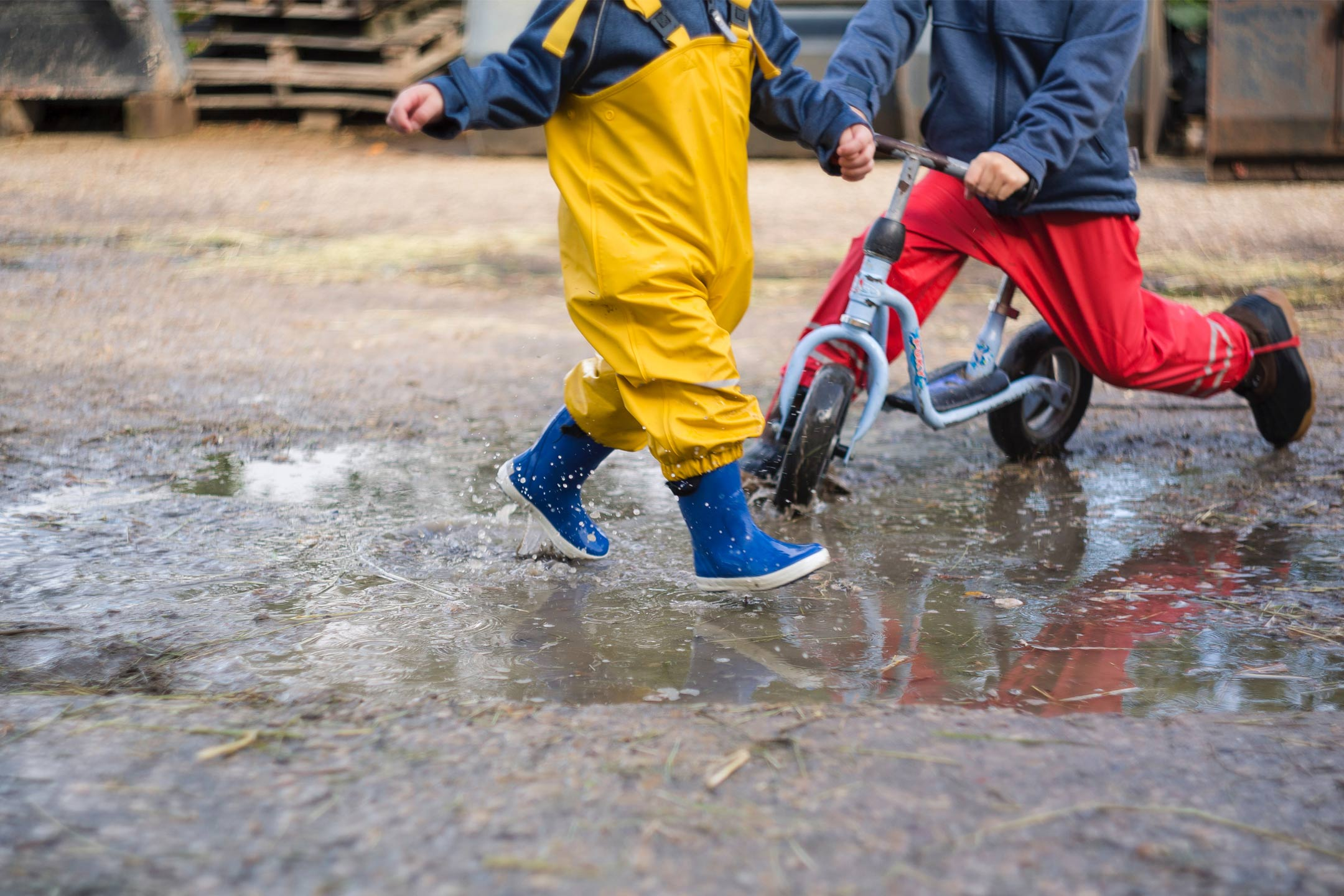kids-bikes-splashing-mud2160