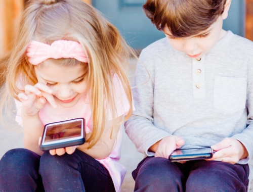 two-kids-on-iphones2160