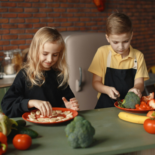 children-slicing-vegetables2160
