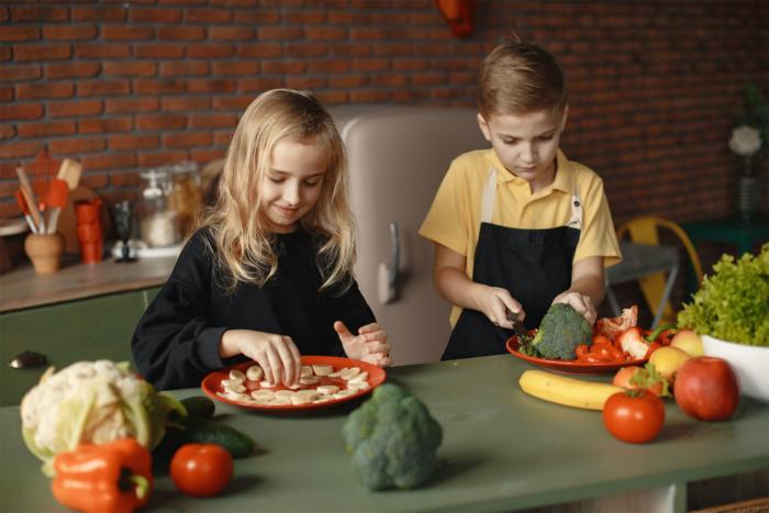 children-slicing-vegetables2160