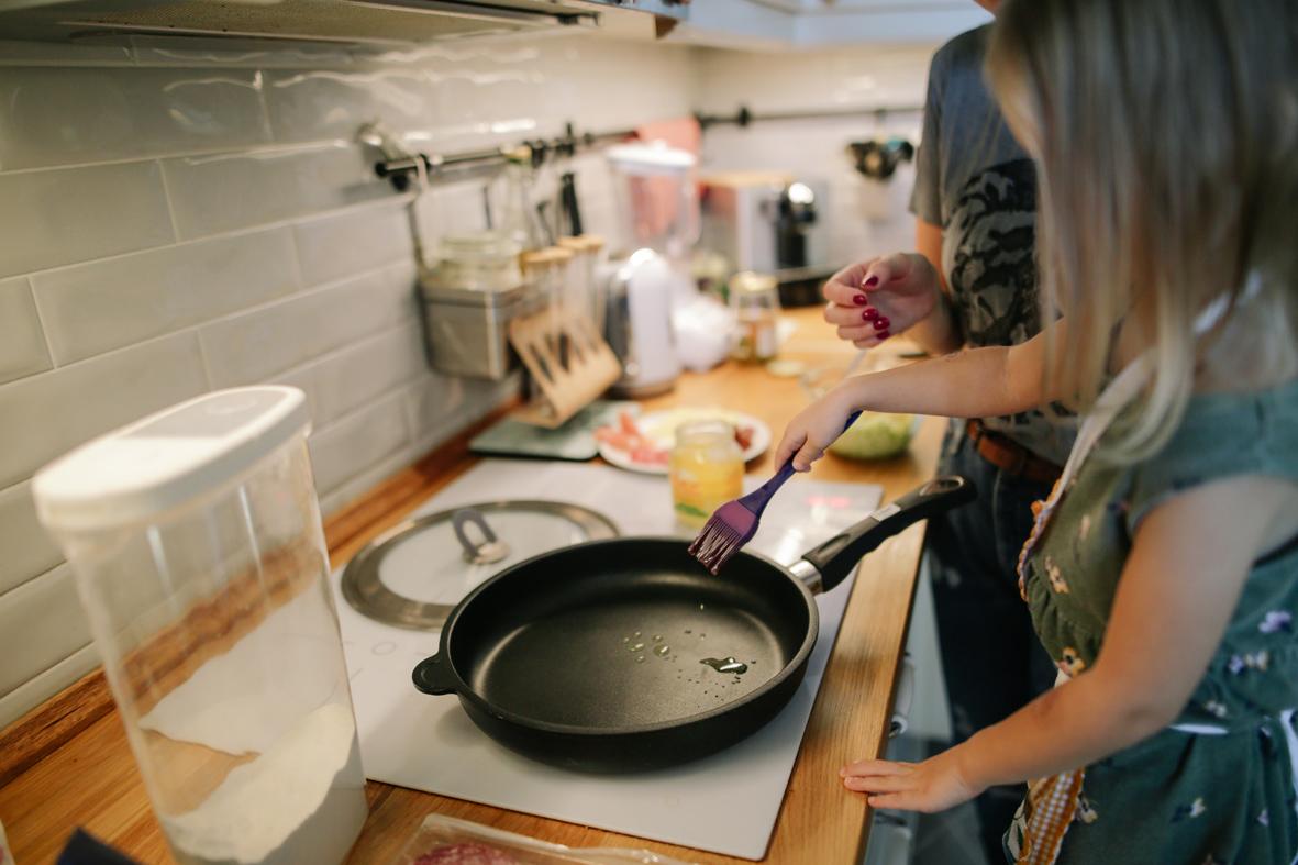 girl-frying-pan-girl-kitchen1440