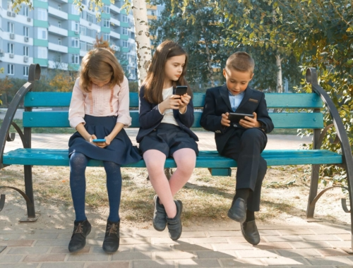 Group-children-on-smart-phones2160