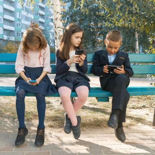 Group-children-on-smart-phones2160