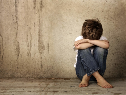 boy-upset-sitting2160