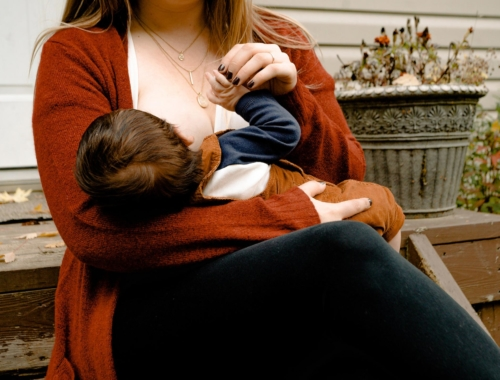 breastfeeding-mum-toddler2160