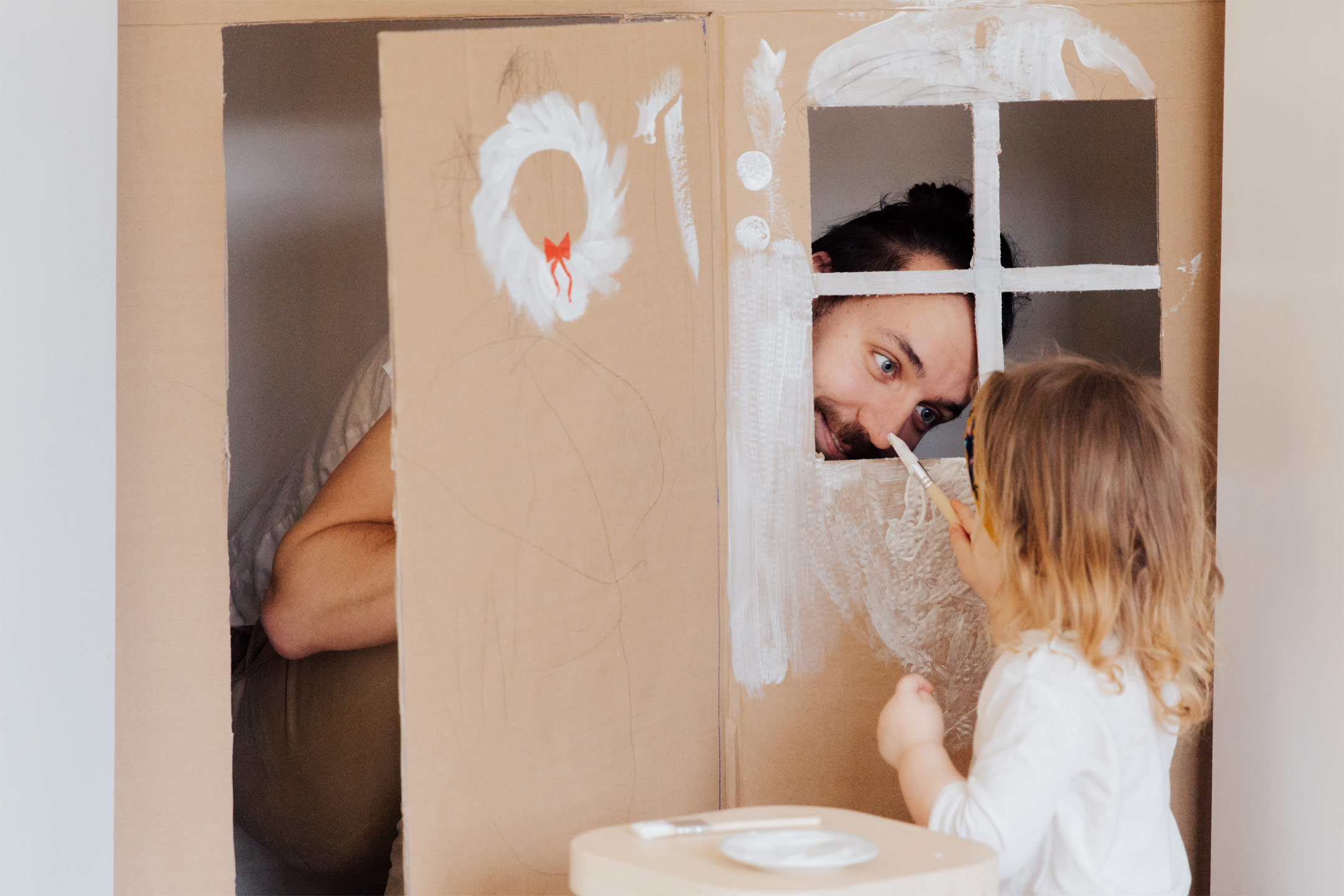 girl-father-painting-cubbyhouse2160