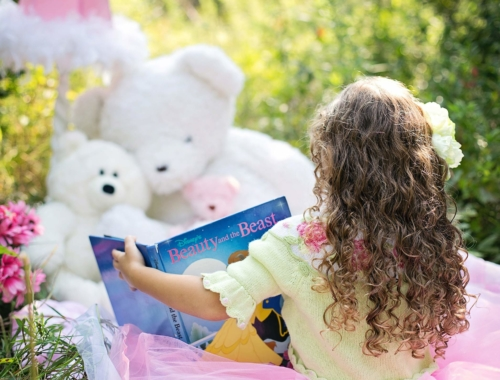 girl-reading-book-toys2160