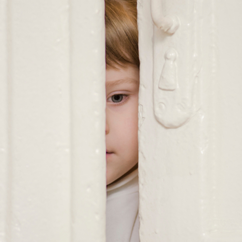 peeping-child-anxious2160
