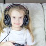 girl-with-earphones-game-handset2160