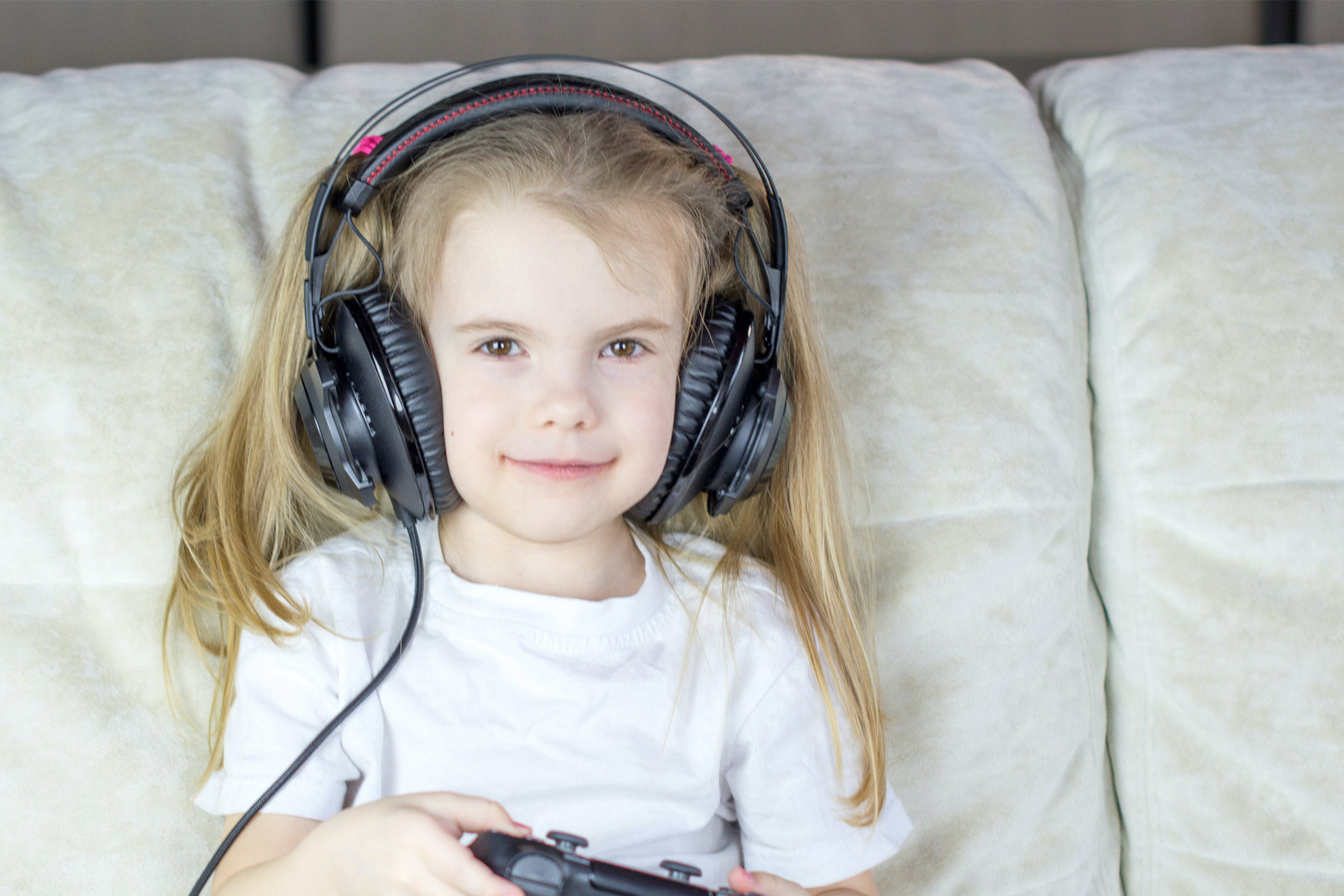 girl-with-earphones-game-handset2160