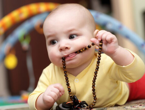 toddler-with-necklace-in-mouth2160