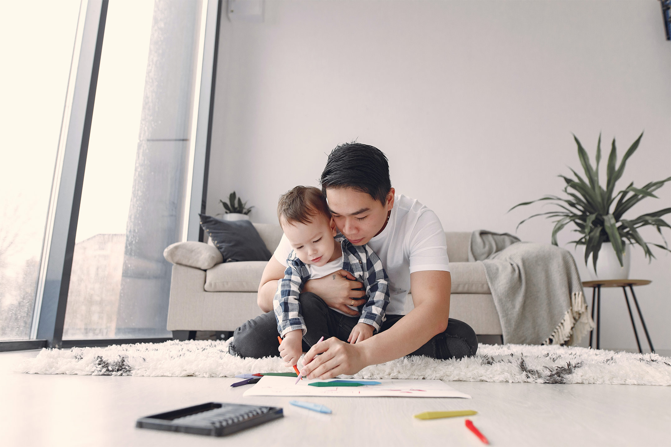 asian-dad-with-toddler-drawing2160