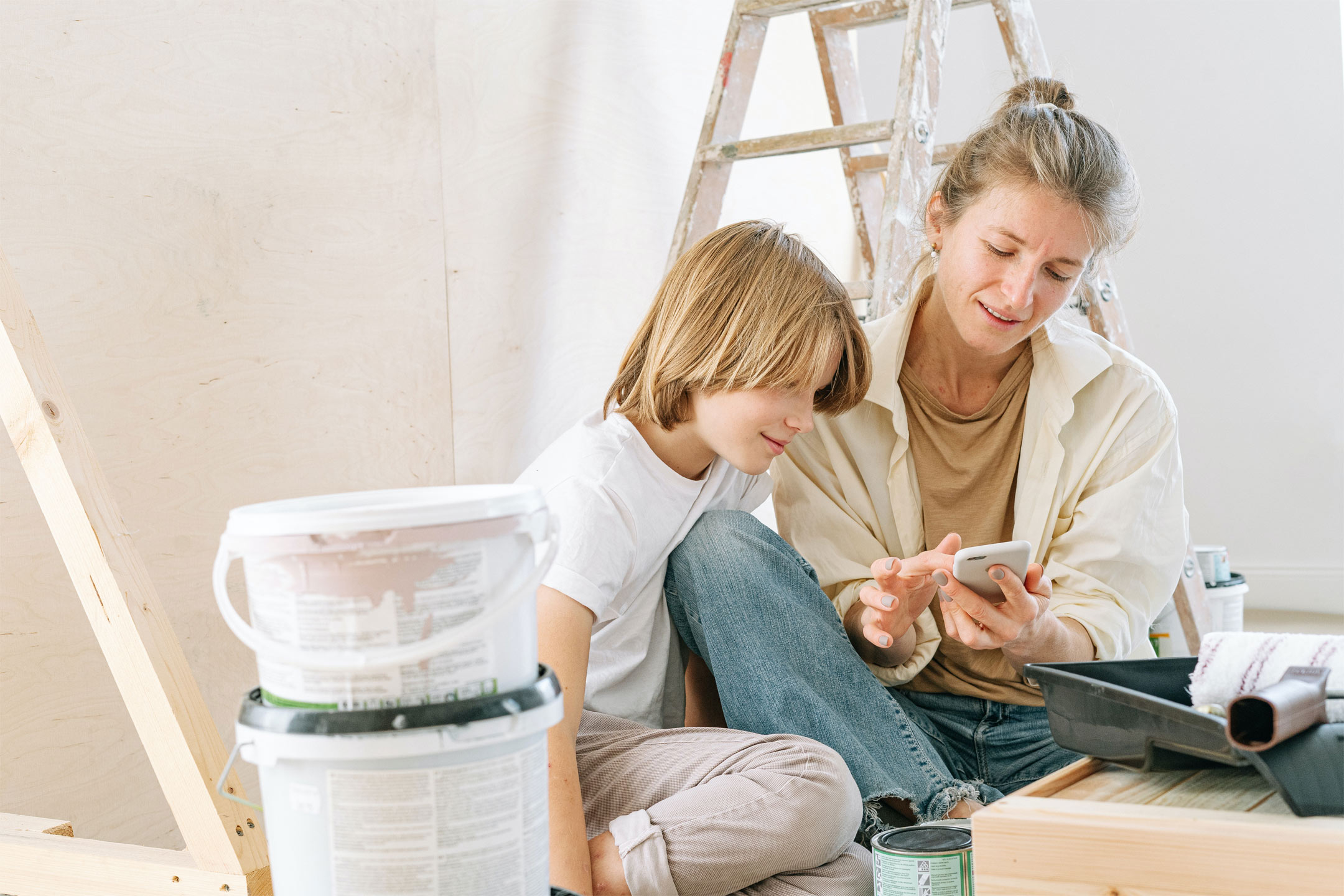 mother-teen-redecorating-on-phone2160