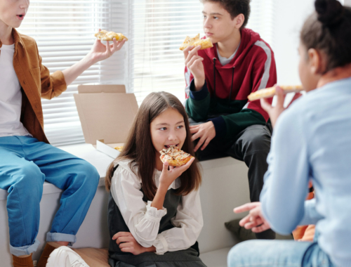teens-casual-eating-pizza2160