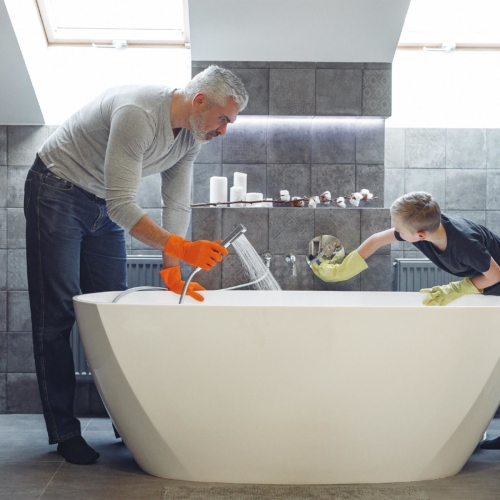 dad-son-cleaning-bath2160