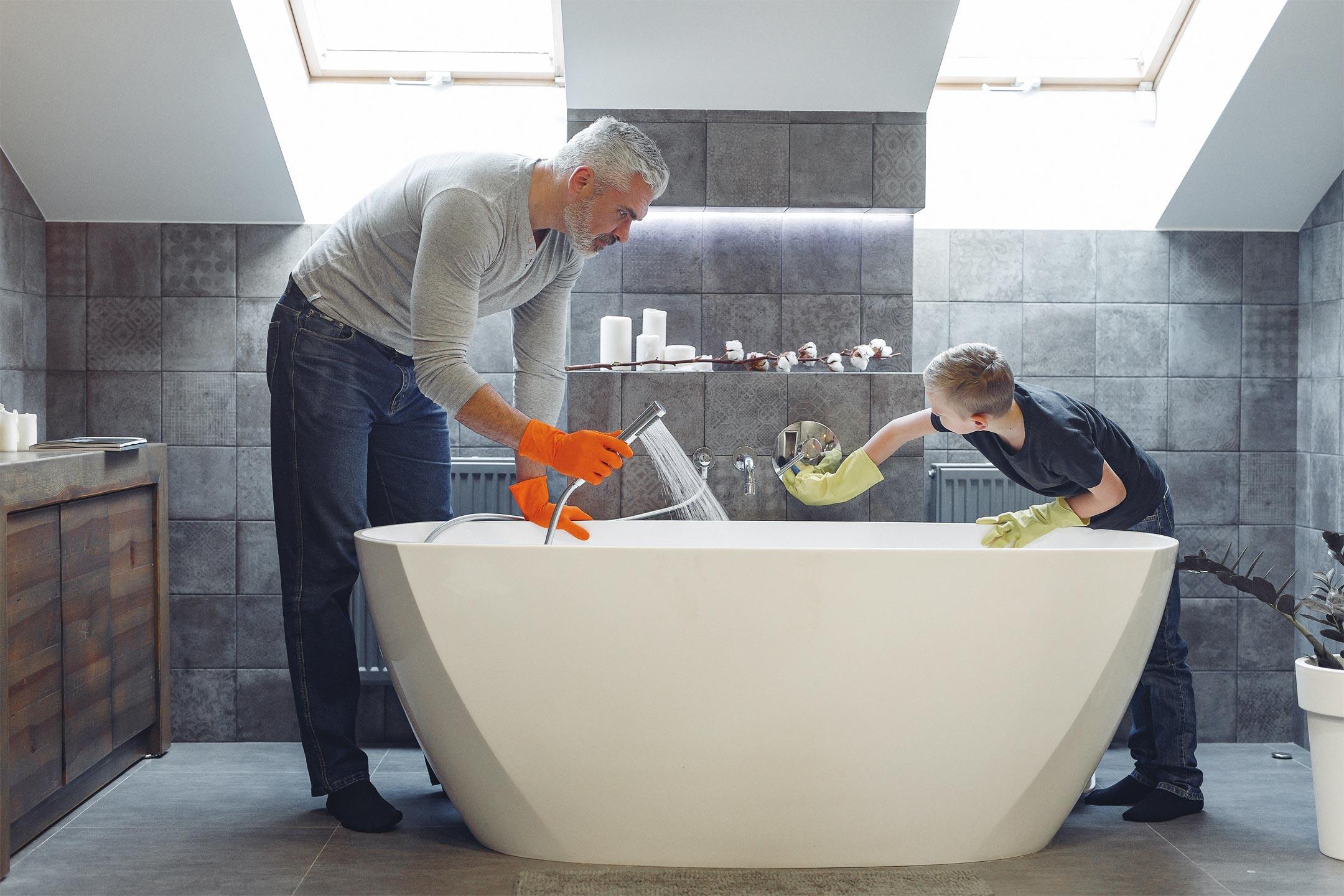 dad-son-cleaning-bath2160