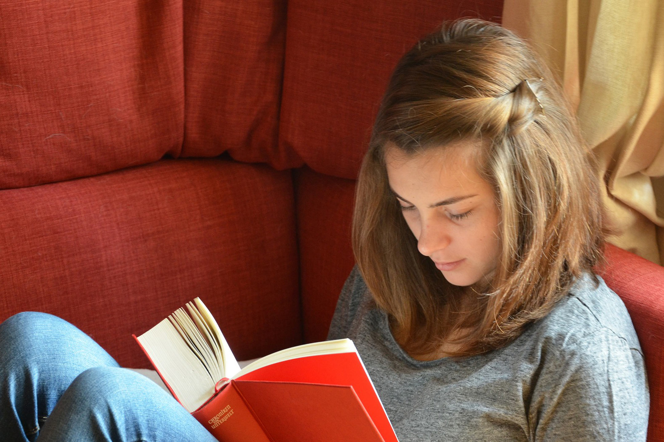 teen-reading-on-couch2160