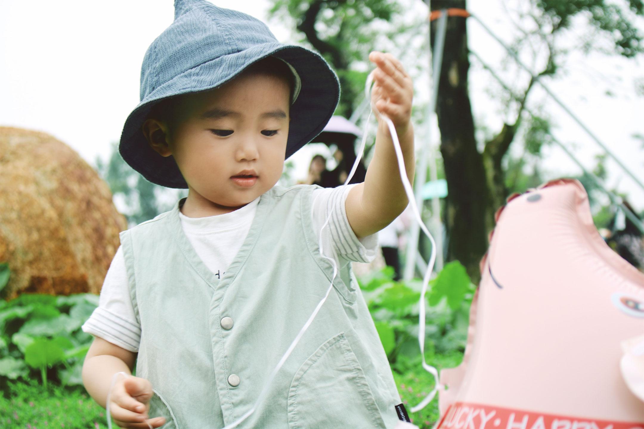 asian-toddler-playing-balloon2160