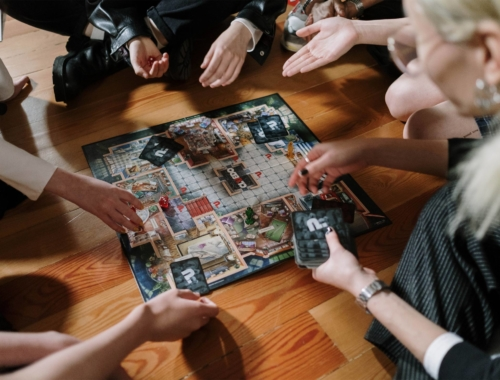 family-playing-cluedo-game2160