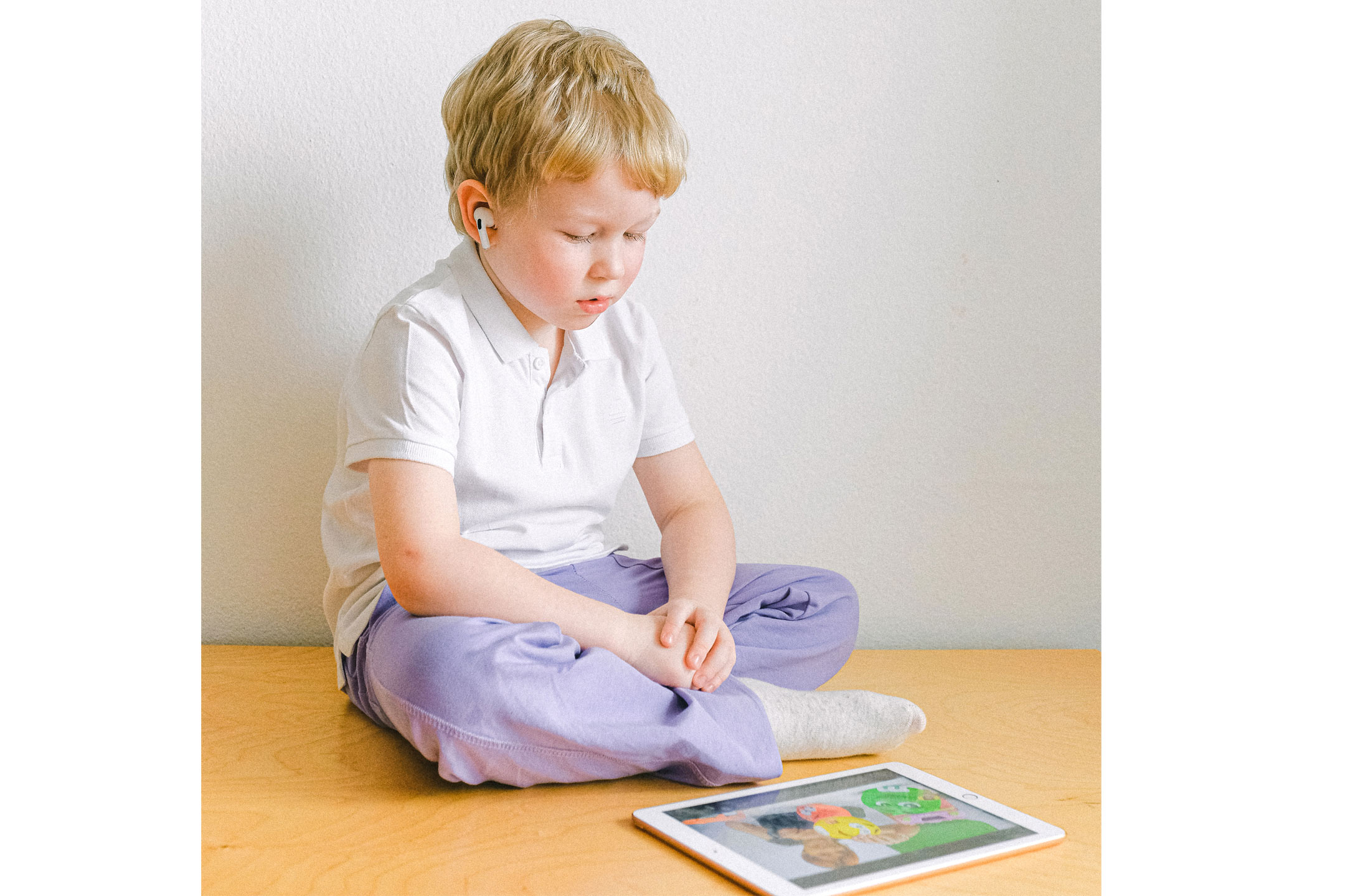 young-boy-looking-at-ipad2160