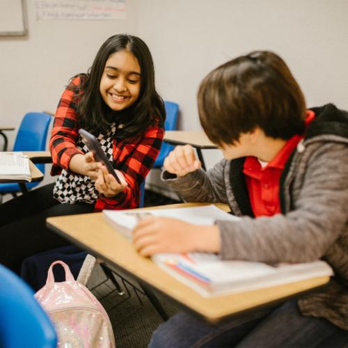school-kids-with-smart-phones2160