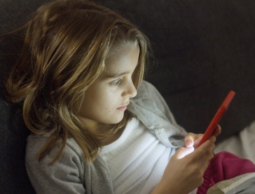 young-girl-in-bed-on-smartphone2160